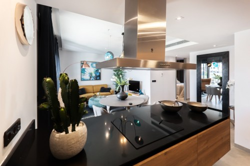 kitchen-black-top-with-pots.jpg