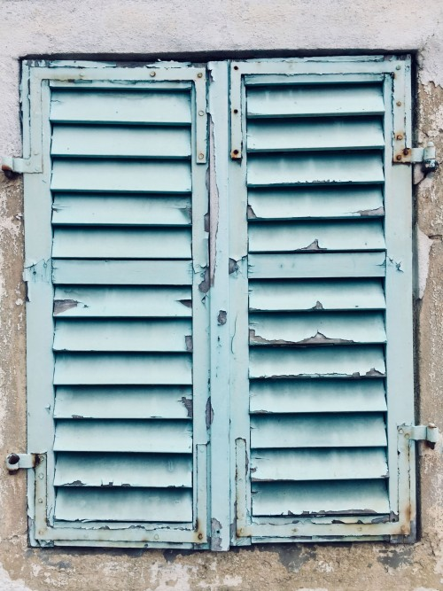 Derelict-looking-shutters-with-blue-paint-peeling..jpg