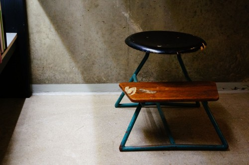 blacl-round-table-with-wooden-bench-near-brown-wall-photo.jpg